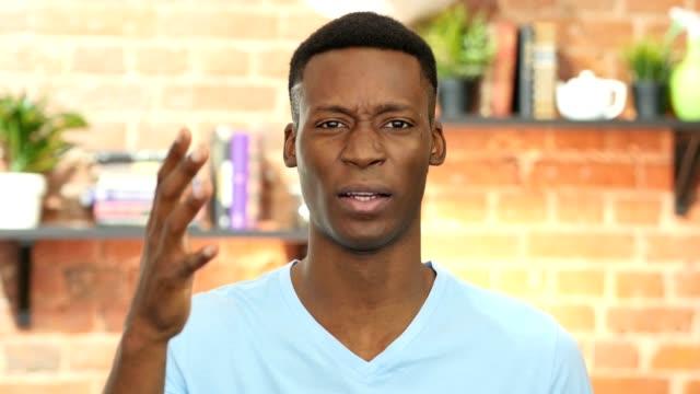 Negro-hombre-joven-enojado-oficina