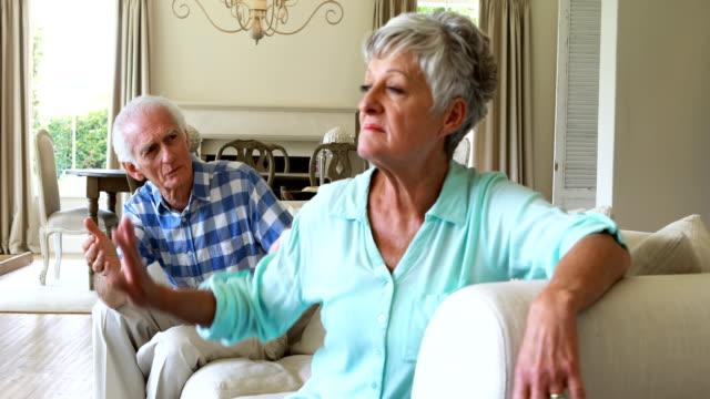 Senior-pareja-discutiendo-entre-sí-en-la-sala-de-estar