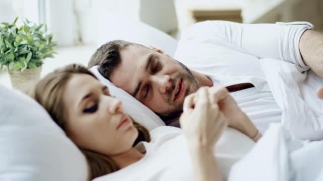 Primer-plano-de-la-pareja-con-problemas-de-relación-emocional-conversación-mientras-se-está-acostado-en-la-cama-en-casa