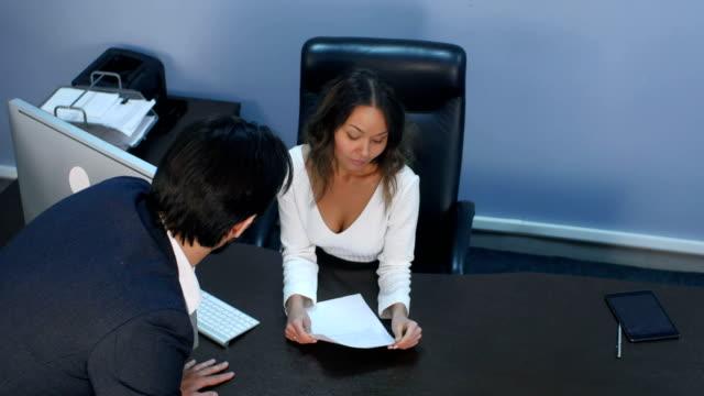 Compañeros-de-trabajo-discutiendo-en-la-oficina
