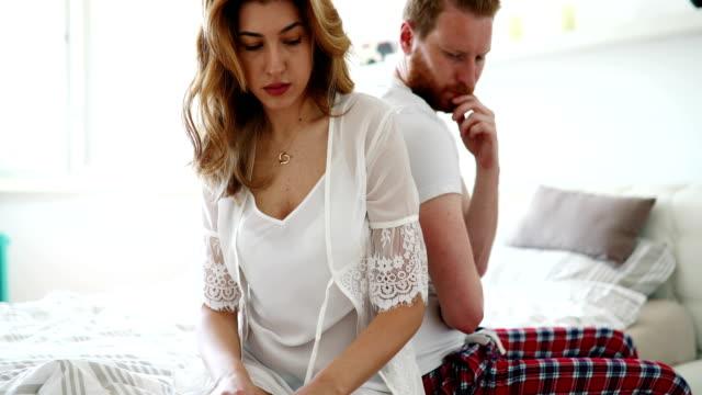Estresada-pareja-discutiendo-y-teniendo-problemas-de-matrimonio