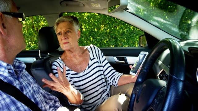 Senior-pareja-discutiendo-en-el-coche