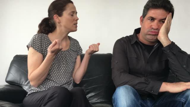 Mujer-molesta-se-queja-a-su-marido