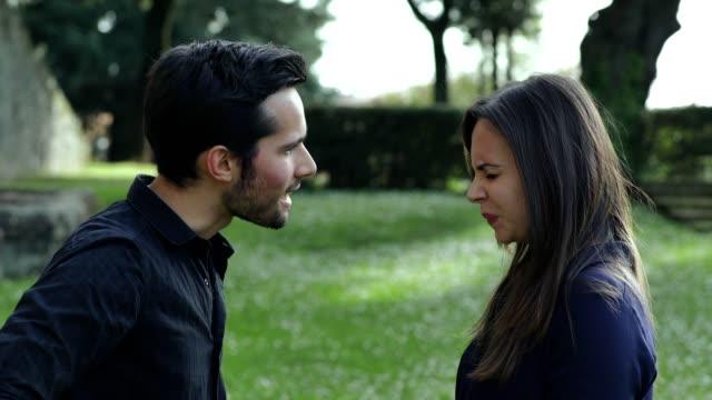 enojado-pareja-discutiendo-en-el-Parque