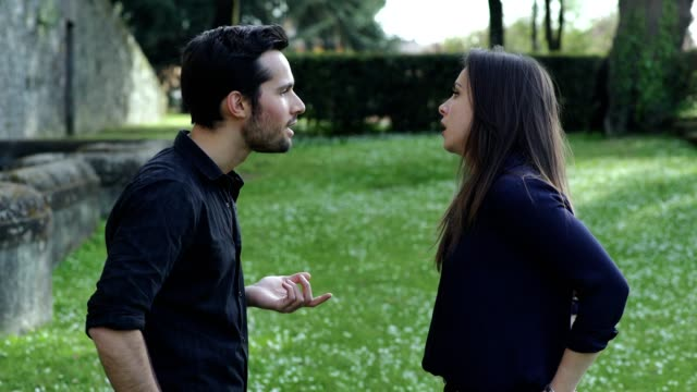 lively-discussion-of-lovers-in-the-park