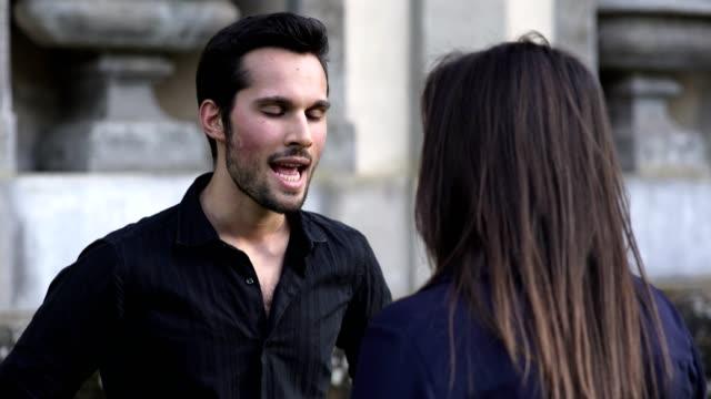 gut-aussehend-und-wütenden-Mann-streitet-mit-seiner-Freundin-im-park