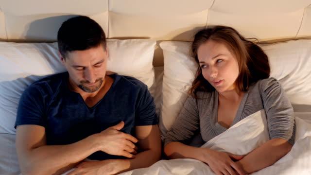Concepto-de-divorcio-y-separación-Una-pareja-en-la-cama-teniendo-problemas-y-crisis-