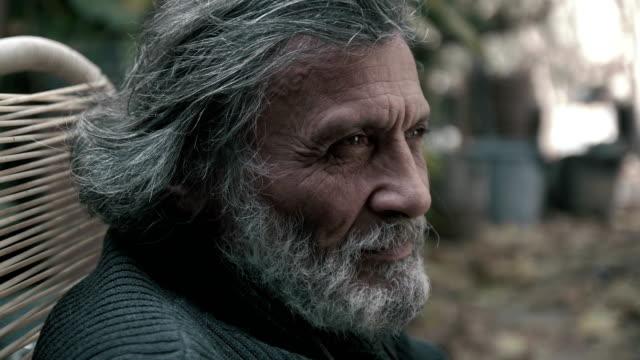 El-pelo-blanco-viejo-riendo-y-sonriendo-con-aprobación-(sage)