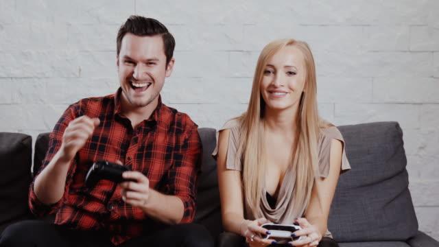 mujer-y-hombre-joven-están-sentado-en-el-sofá-y-están-jugando-un-juego