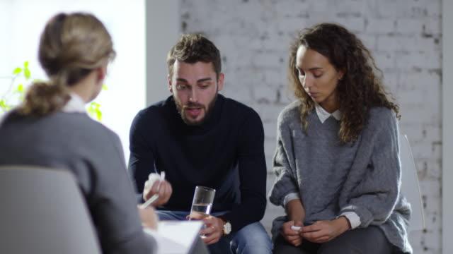Pareja-discutiendo-en-sesiones-de-consejería-matrimonial
