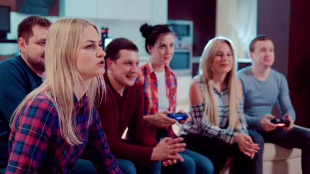 Amigos-que-juegan-video-juegos-en-el-piso
