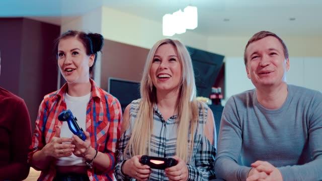 Feliz-grupo-de-amigos-de-socialización-en-el-hogar-y-video-juego