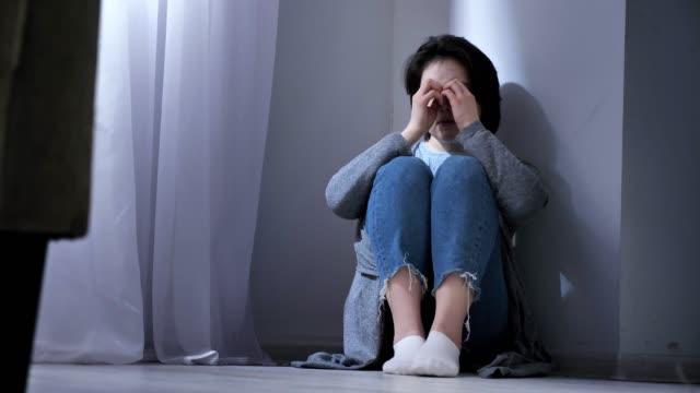 Triste-mujer-asiática-se-sienta-en-el-piso-conflicto-en-la-familia-violencia-50-fps
