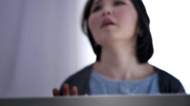 Chica-joven-asiática-borrosa-Jura-botella-de-alcohol-conflictos-en-la-familia-violencia-50-fps