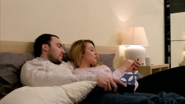Conflicto-entre-hombre-y-mujer-marido-joven-llega-a-ser-celoso-por-el-mensaje