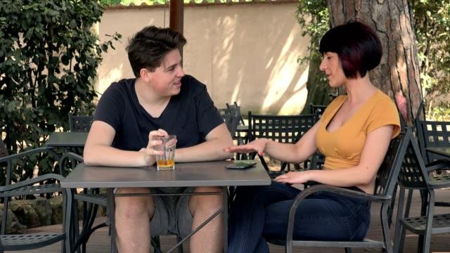 escena-de-celos-joven-pareja-argumentando-en-el-cafè