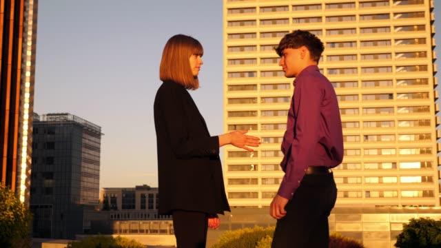mujer-de-negocios-joven-rechaza-el-apretón-de-manos-de-hombre
