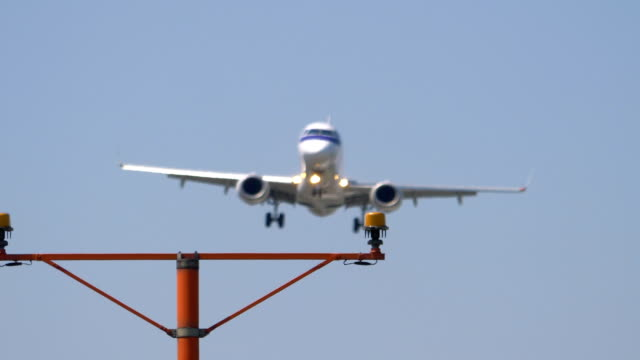 Airplane-landing-overhead-in-4k-slow-motion-60fps