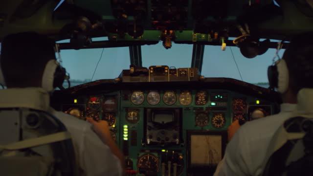 Los-pilotos-despegar-avión