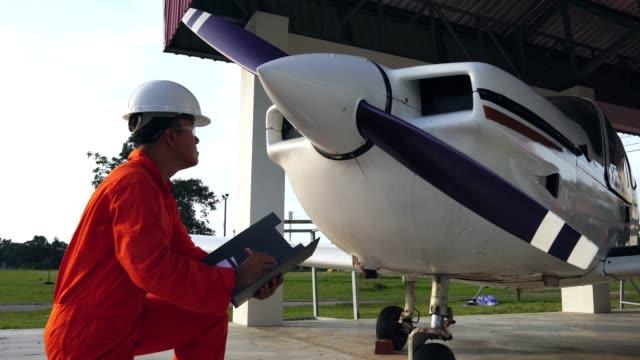 Ingenieros-masculinos-asiáticos-fueron-comprobar-la-disponibilidad-de-aeronaves