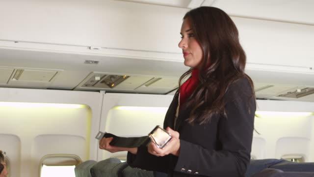 Flight-Attendant-anweist-Sicherheitsverfahren