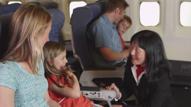 Flight-Attendant-Gespräch-mit-Kind-am-Flugzeug