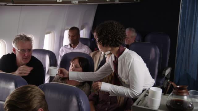 Flight-Attendant-servieren-von-Getränken-für-Flugzeug-Passagiere