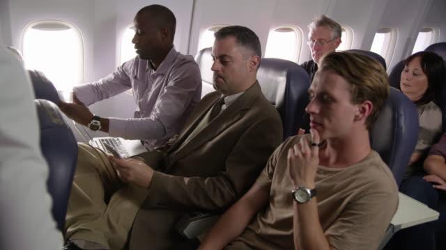 Flight-Attendant-servieren-von-Getränken-und-snacks
