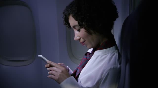 Flight-Attendant-mit-Handy-in-der-Nacht