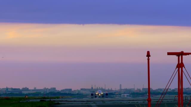 Jet-Flugzeug-abheben-wunderschön-farbigen-Sonnenuntergang