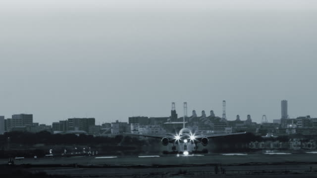 Jet-Flugzeug-Landung-mit-Hitze-Dunst-in-Monochrom
