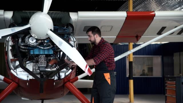 Zwei-Flugmechanik-tun-ein-Pre-Flight-check