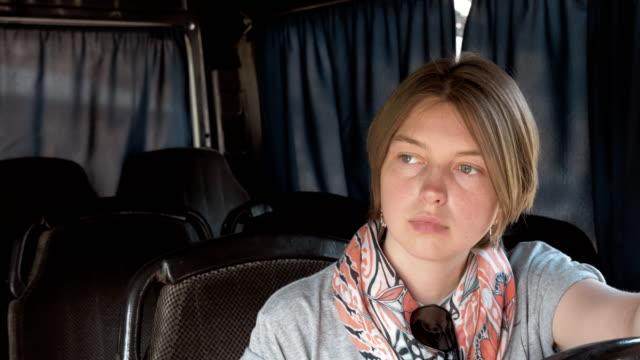 Junge-Frau-Setas-im-bus