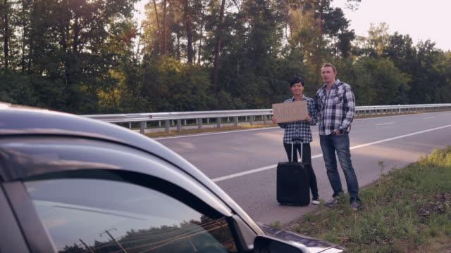 personas-en-el-coche-camino-de-espera