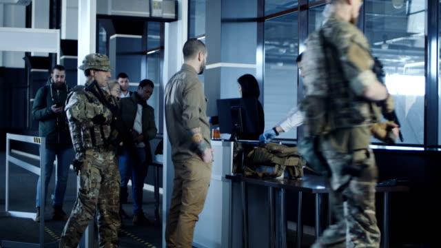 Arma-de-tránsito-del-hombre-de-pie-en-el-aeropuerto