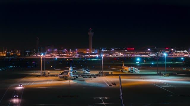 Flugzeug-Transport-Verkehr-im-Start-und-Landebahn-oder-Rollweg-nachts-im-Zeitraffer-Flughafen-