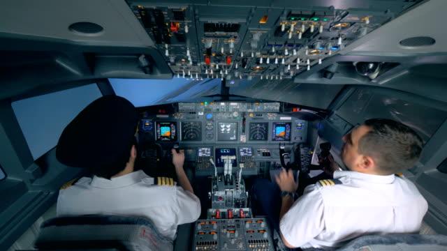 Dos-pilotos-girar-el-avión-en-un-simulador-de-vuelo-