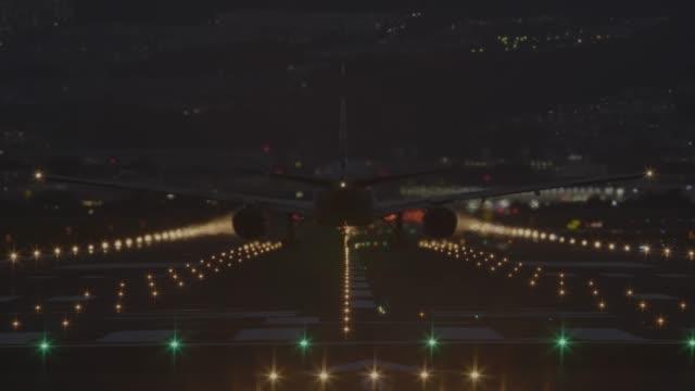 Flugzeug-vom-Flughafen-in-der-Nacht---zurück-Blick-ausziehen