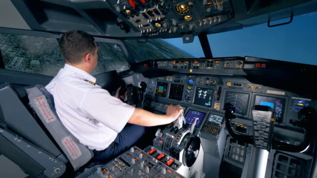 Un-aviador-se-sienta-en-un-simulador-de-vuelo-y-convierte-de-un-plano-a-la-izquierda-4K-