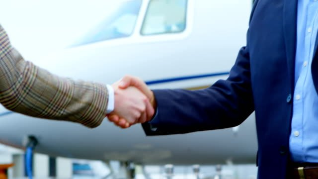 Businessmen-shaking-hands-with-each-other-4k