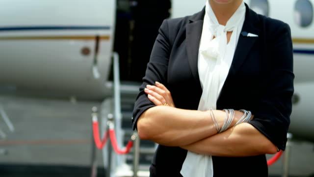 Flight-Attendant-stehend-mit-Arme-gekreuzt-auf-einer-Startbahn-4k