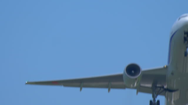 Airplane-taking-off-in-blue-sky-extremely-closeup