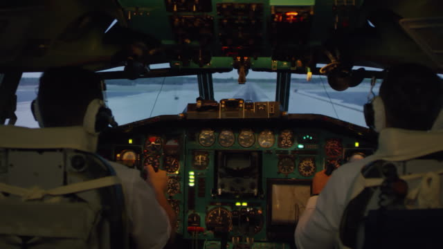 Pilotos-en-cabina-aterrizaje-de-avión