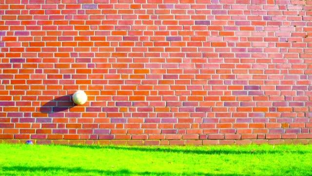 Saltando-de-pelota-de-fútbol-en-pared