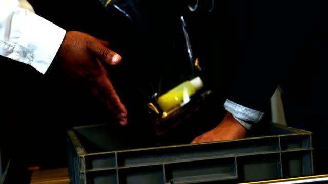 Pasajero-poner-calzado-y-bolsa-de-plástico-en-bandeja-para-la-comprobación-de-seguridad-de-aeropuerto