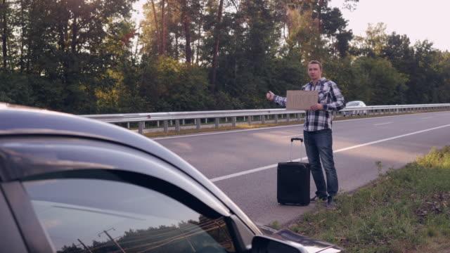 Viajero-conseguir-autostop-por-ciudad