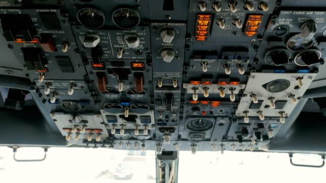 Piloto-empuja-botones-en-panel-del-avión