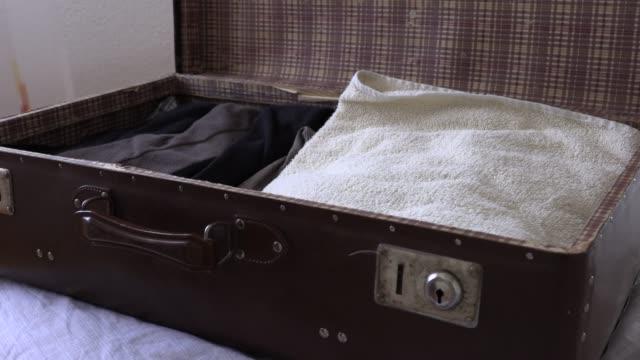 Un-hombre-de-los-paquetes-de-una-maleta-de-vacaciones-lenta-video