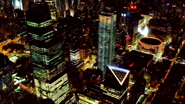 Toma-aérea-del-midtown-en-la-noche-4K