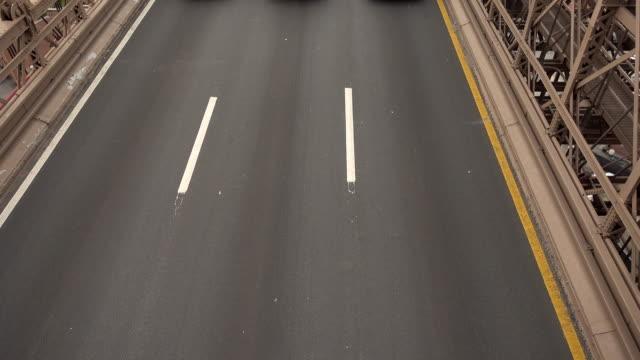 Einige-Autos-sind-auf-der-Brooklyn-Bridge-übergeben-Die-Brooklyn-Bridge-ist-eine-Hybrid-Kabel-blieb/Hängebrücke-in-New-York-City-